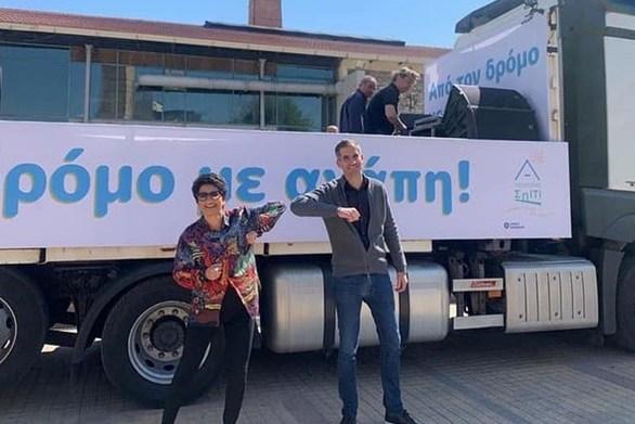 Η Άλκηστις Πρωτοψάλτη γυρίζει την Αθήνα πάνω σε φορτηγό τραγουδώντας (video)