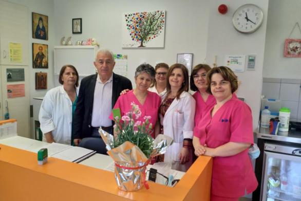 """Πάτρα - Το Σωματείο Ιπποκράτης μοίρασε λουλούδια στις μαίες του νοσοκομείου """"Άγιος Ανδρέας"""""""