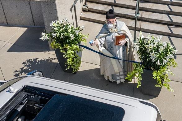 Ιερέας στις ΗΠΑ ψέκασε αγιασμό στους πιστούς με… νεροπίστολο (φωτο)