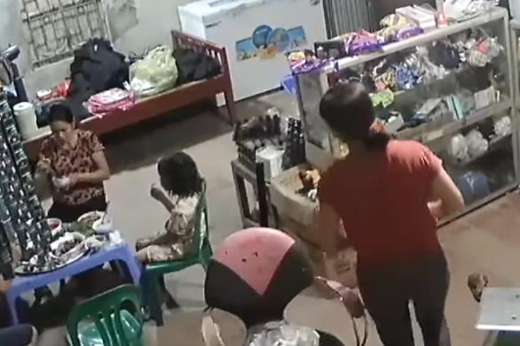Βιετνάμ - Ανεμιστήρας οροφής απειλεί ανυποψίαστη οικογένεια