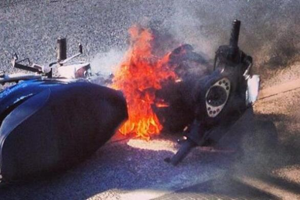 Πάτρα: Μηχανάκι έπιασε φωτιά στην οδό Ακρωτηρίου