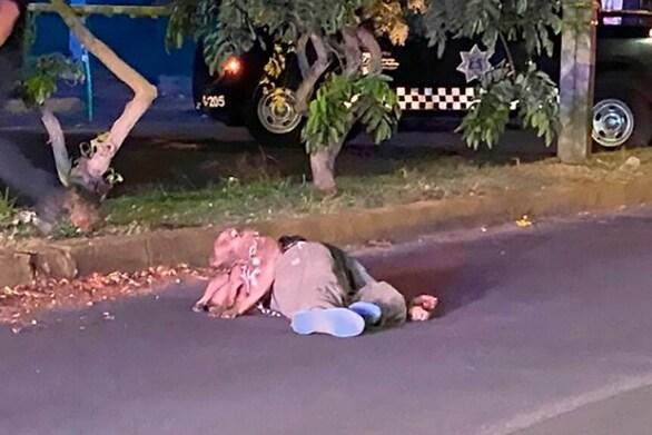 Συγκλονιστική εικόνα - Σκύλος μένει στο πλευρό του δολοφονημένου αφεντικού του