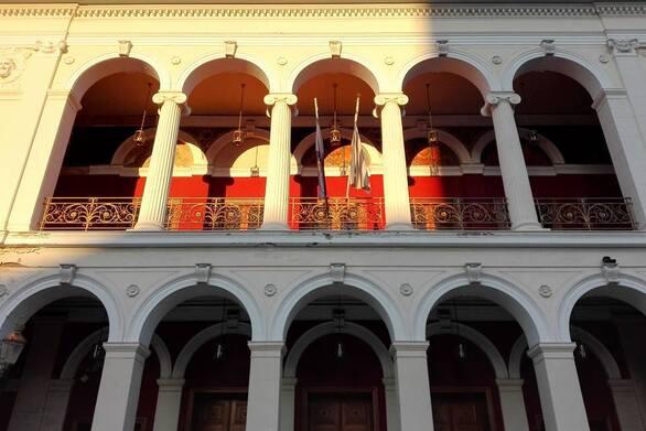 Πάτρα: Το Δημοτικό Θέατρο Απόλλων φωταγωγείται για την Παγκόσμια Ημέρα Πολλαπλής Σκλήρυνσης