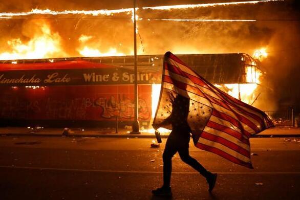 Υπόθεση Τζορτζ Φλόιντ: Σε πλήρη κινητοποίηση η Εθνοφρουρά της Μινεσότα