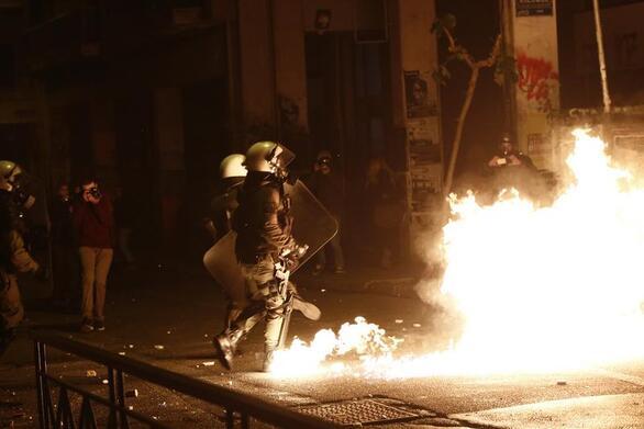 Πετροπόλεμος και χημικά σε πορεία για τον Τζορτζ Φλόιντ στην Αθήνα
