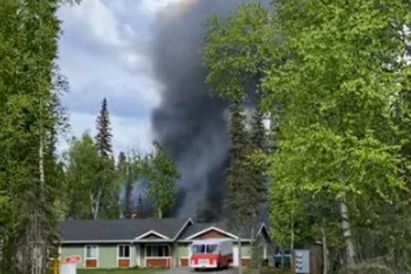 Φωτιά σε αυτοκινούμενο τροχόσπιτο καταλήγει σε έκρηξη (video)