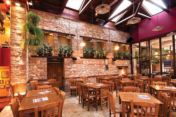 Πάτρα: To cafe Neon αναζητά σερβιτόρο