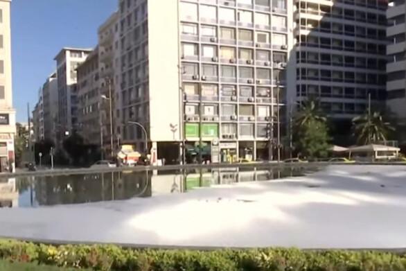 Καλυμμένο με σαπουνάδα είναι το μισό συντριβάνι της Ομόνοιας (video)