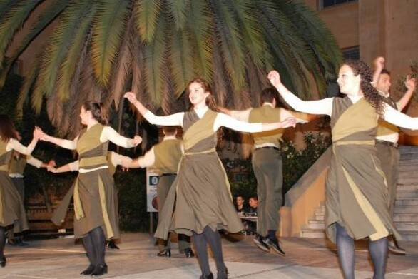 Το Χορευτικό Τμήμα του Δήμου Πάτρας στην κινητοποίηση για το τρένο