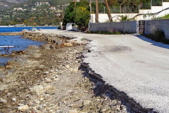 """ΟΙ.ΚΙ.ΠΑ.: """"Η ρίψη βράχων δεν είναι λύση για τους δρόμους που τρώει η θάλασσα""""!"""