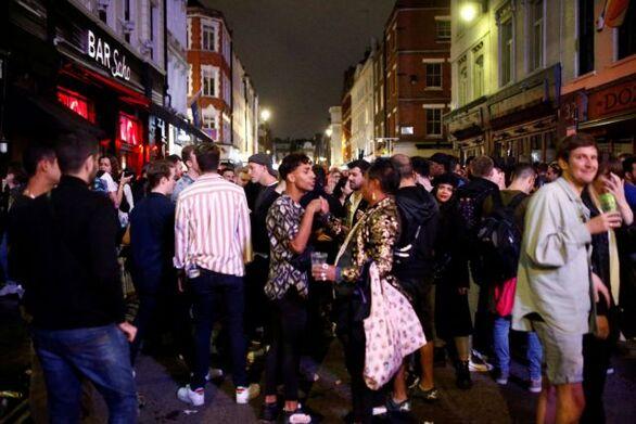 Βρετανία: Ξεχάστηκε κάθε μέτρο - Το απόλυτο χάος έξω από τις παμπ
