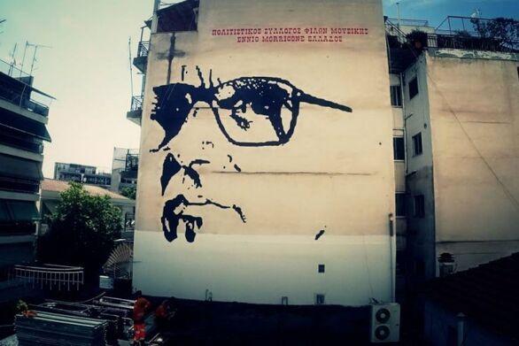 Τεράστια τοιχογραφία του συνθέτη Ένιο Μορικόνε στο κέντρο της Λάρισας (video)
