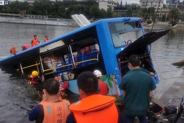 Κίνα: Λεωφορείο με μαθητές έπεσε σε λίμνη - Τουλάχιστον 21 νεκροί (video)