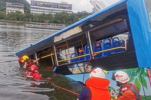 Κίνα: Εσκεμμένα έριξε το λεωφορείο με τους μαθητές ο οδηγός στη λίμνη
