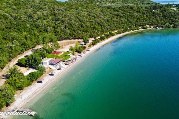 """Αιτωλοακαρνανία - """"Πετώντας"""" πάνω από την παραλία Παναγιά με τα υπέροχα νερά (video)"""
