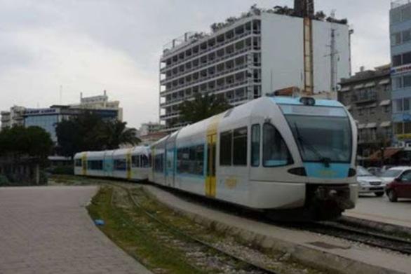Πάτρα - Πάρκαραν κοντά στις γραμμές, εμποδίζοντας το τρένο να περάσει