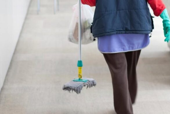 Οι δήμοι θα κάνουν τις προσλήψεις για σχολικές καθαρίστριες
