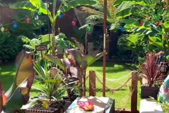 Γυναίκα έφτιαξε ένα εκπληκτικό εξωτικό Tiki Bar στον κήπο της (video)