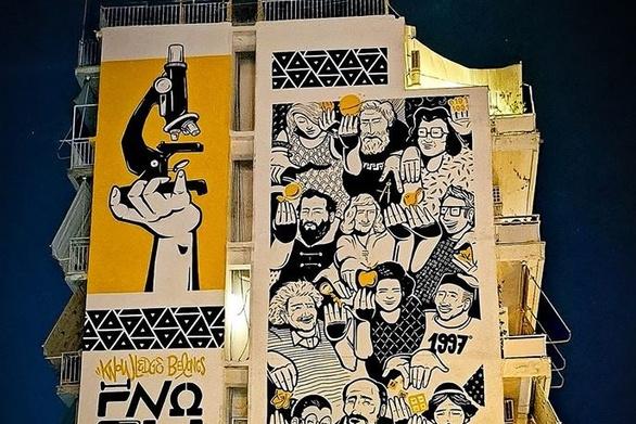 Η νέα τοιχογραφία της Πάτρας σε μία νυχτερινή εντυπωσιακή λήψη!
