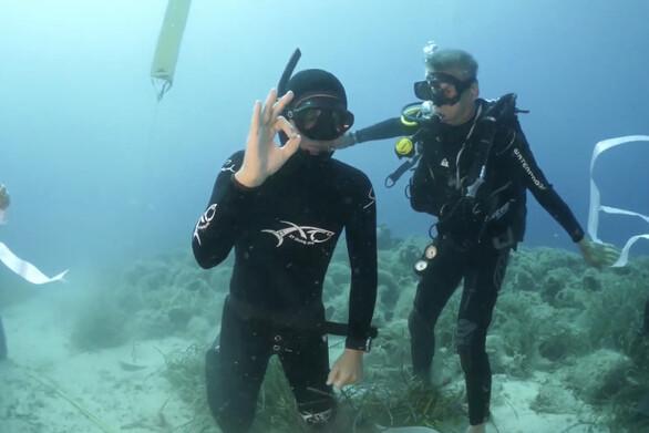 Σάκης Ρουβάς - Με μία ανάσα κατέβηκε στα 25 μέτρα (video)