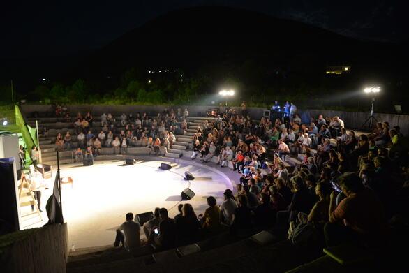 Πάτρα - Πολλοί ήταν οι θεατές που απόλαυσαν την παράσταση «Δυο γυναίκες χορεύουν» (φωτο)