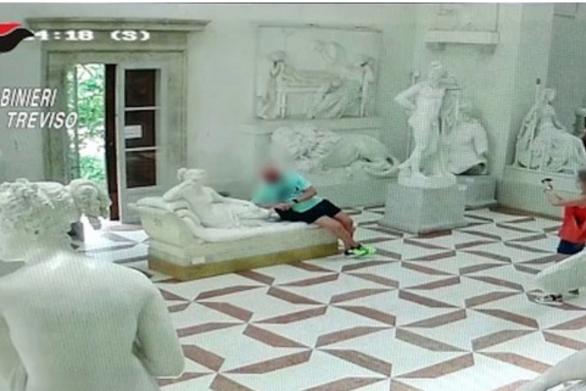 Αδέξιος τουρίστας έσπασε δάκτυλα αγάλματος 200 ετών στην Ιταλία (video)