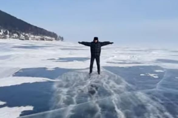 Ισχυροί άνεμοι κάνουν άνδρα να πατινάρει ακίνητος πάνω σε παγωμένη λίμνη (video)