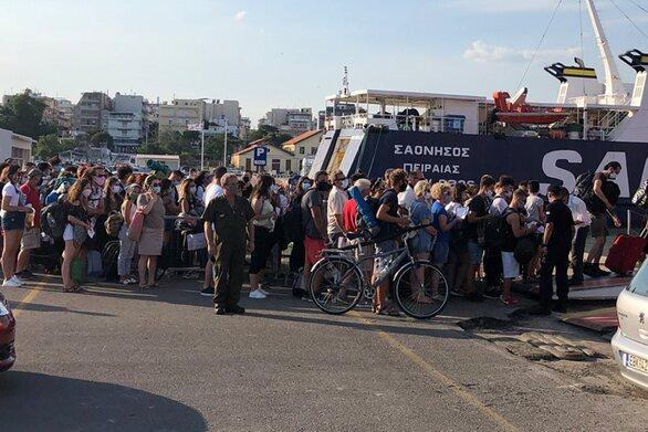 Κορωνοϊός: Συνωστισμός στο λιμάνι της Αλεξανδρούπολης (φωτο)