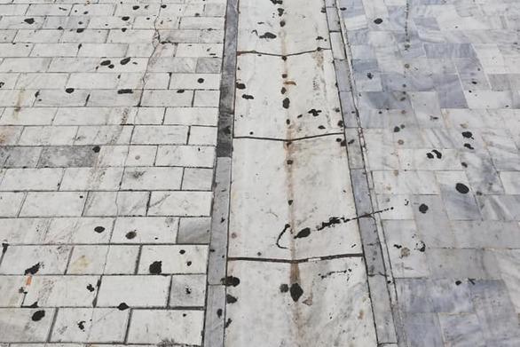Ο πεζόδρομος της Αγίου Νικολάου της Πάτρας γέμισε πάλι από... τσίχλες!