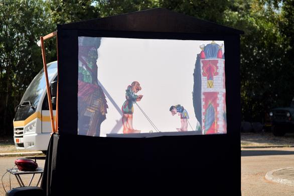 Πάτρα: Μικροί και μεγάλοι απόλαυσαν μια ιδιαίτερη παράσταση Καραγκιόζη στην Πλαζ (φωτο)
