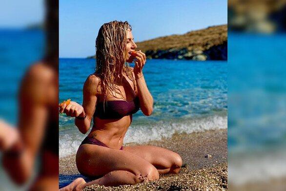 Η ασπρόμαυρη φωτογραφία της Ντορέττας Παπαδημητρίου στον αφρό της θάλασσας