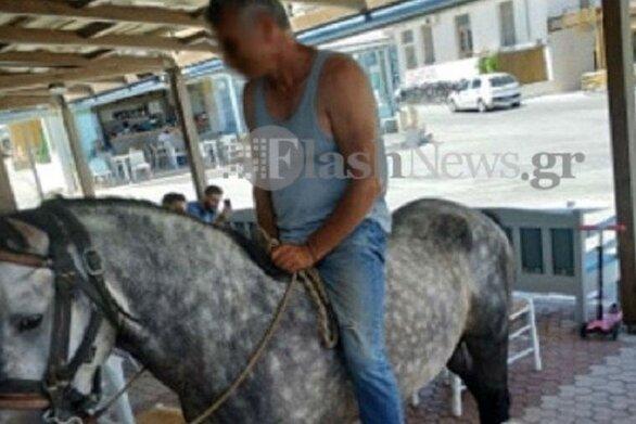 Χανιά: Μπήκε σε καφετέρια με άλογο και παρήγγειλε καφέ, τον φωτογράφισε η Ζέτα Δούκα (φωτο)