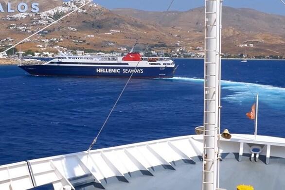 """Σέριφος - Πλοία κάνουν """"κόντρα"""" για το ποιο θα δέσει πρώτο στο λιμάνι (video)"""