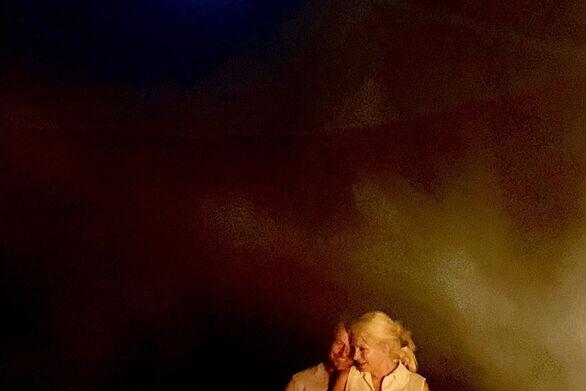 Η Ελένη Μενεγάκη και ο Μάκης Παντζόπουλος έκαναν νυχτερινό πάρτι με φωτιές (φωτο)