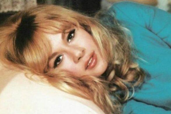 Η Αλίκη Βουγιουκλάκη στην κρεβατοκάμαρα του εξοχικού της στο Θεολόγο! (φωτο)