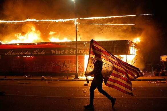 Διαδηλωτές με κουκούλες διαμαρτυρήθηκαν για τον θάνατο Αφροαμερικανού στη Νέα Υόρκη