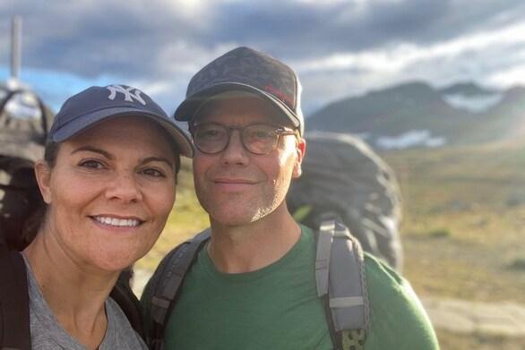 Η πριγκίπισσα Βικτώρια της Σουηδίας και ο σύζυγός της έκαναν 47 χλμ. με τα πόδια!