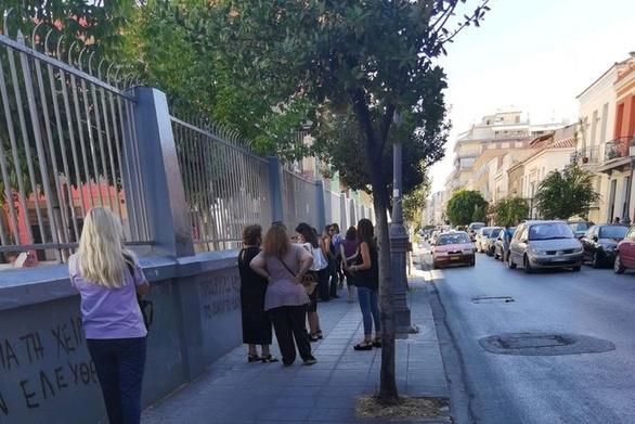 Πάτρα: Μαμάδες έξω από τα σχολεία, στο χτύπημα του πρώτου κουδουνιού!