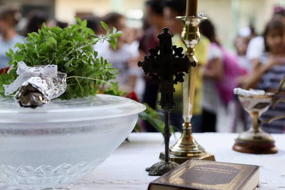"""Ιερέας στην Κοζάνη: """"Ο κορωνοϊός δεν κολλάει αν φιλήσεις τον σταυρό"""""""