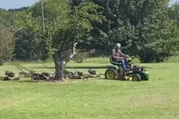 Άνδρας βρήκε έναν… ιδιοφυή τρόπο για να επεκτείνει τη μηχανή του γκαζόν (video)