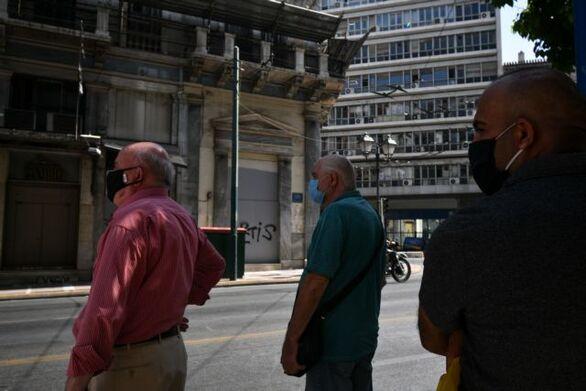 Κορωνοϊός: Ανοιχτό ενδεχόμενο για μάσκα στον δρόμο αφήνουν οι επιδημιολόγοι
