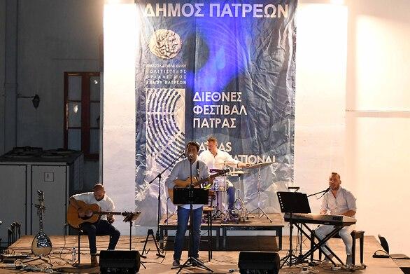 """Πάτρα - Με αγαπημένα τραγούδια του ελληνικού κινηματογράφου """"πλημμύρισε"""" το αίθριο του Παλαιού Νοσοκομείου (φωτο)"""