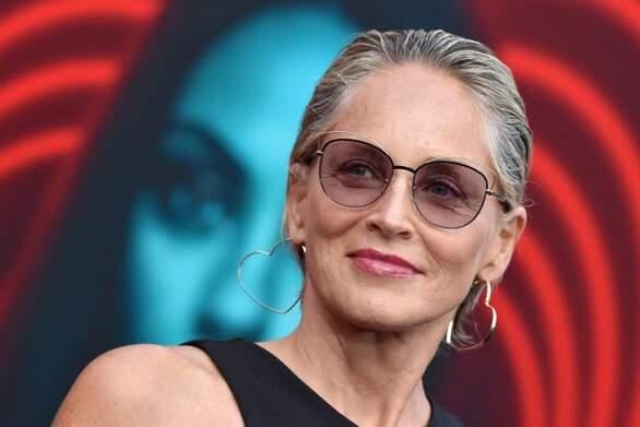 Sharon Stone: «Σκηνοθέτης μου ζήτησε να καθίσω στα γόνατά του για να μου δώσει οδηγίες»