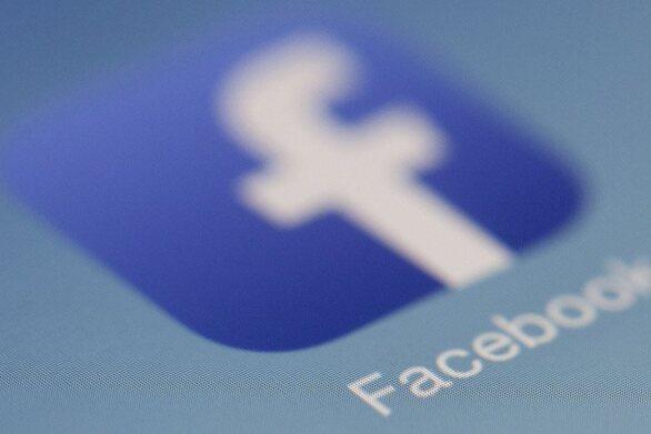 Το Facebook απειλεί να αποκλείσει τους Ευρωπαίους χρήστες