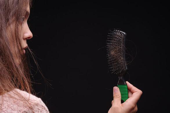 Συνδέεται ο κορωνοϊός με την απώλεια μαλλιών;