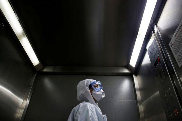 Covid 19: Πόση ώρα μετά είναι ασφαλές το ασανσέρ αν βήξει ασθενής