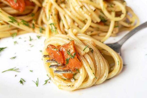 Ζυμαρικά με σολομό και κρεμώδη σάλτσα από αβοκάντο