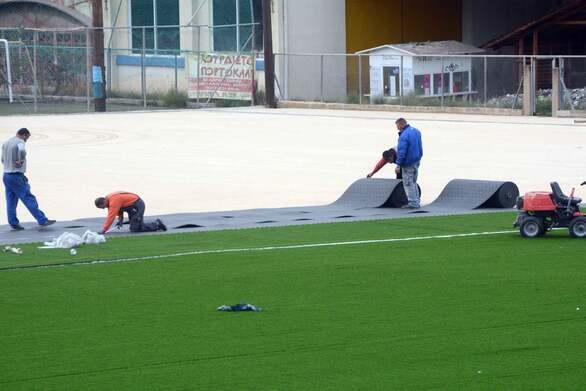 Πάτρα: Τελευταίας γενιάς χλοοτάπητες τοποθετούνται σε δημοτικά ποδοσφαιρικά γήπεδα