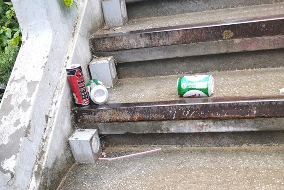 Πάτρα: Κουτάκια και μπουκάλια από μπύρες στις σκάλες της Αγίου Νικολάου (φωτο)