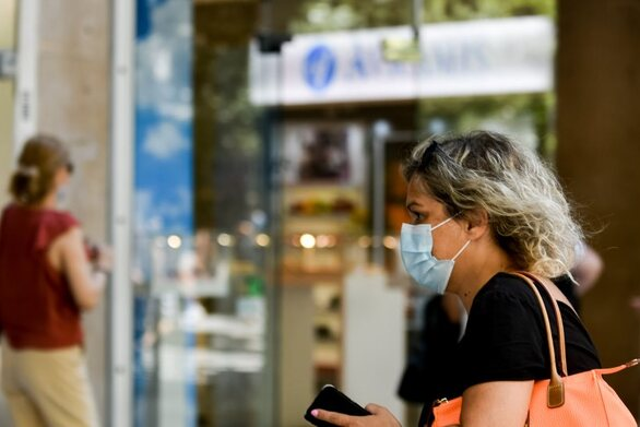 Σύγχυση με τις μάσκες στους δρόμους της Πάτρας - Τη φοράμε καθολικά ή όχι;